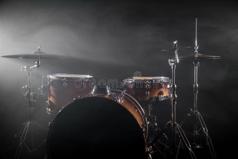 Trommel eingestellt auf ein Stadium am dunklen Hintergrund Musical trommelt Kit On Stage lizenzfreie stockbilder