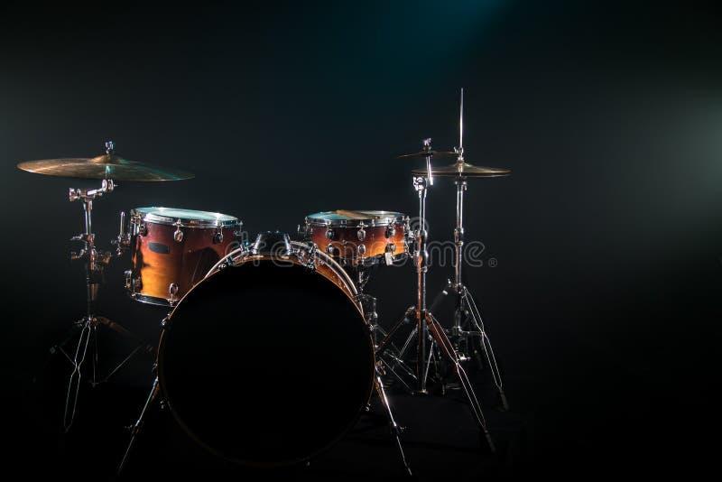 Trommel eingestellt auf einen schwarzen Hintergrund mit einem schönen weichen Licht lizenzfreies stockbild