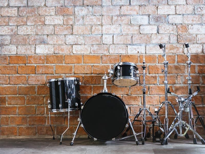 Trommel-Musikinstrument Tonausrüstung auf Backsteinmauer stockfotos