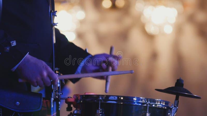 Trommelausführender spielt Trommelstock am Konzert lizenzfreies stockfoto