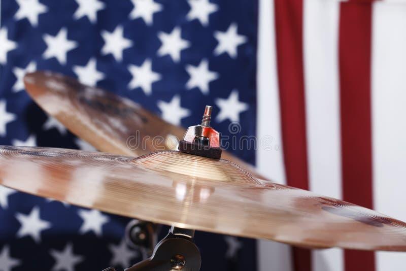 Trommeln, Becken, gegen den Hintergrund der amerikanischen Flagge stockbild