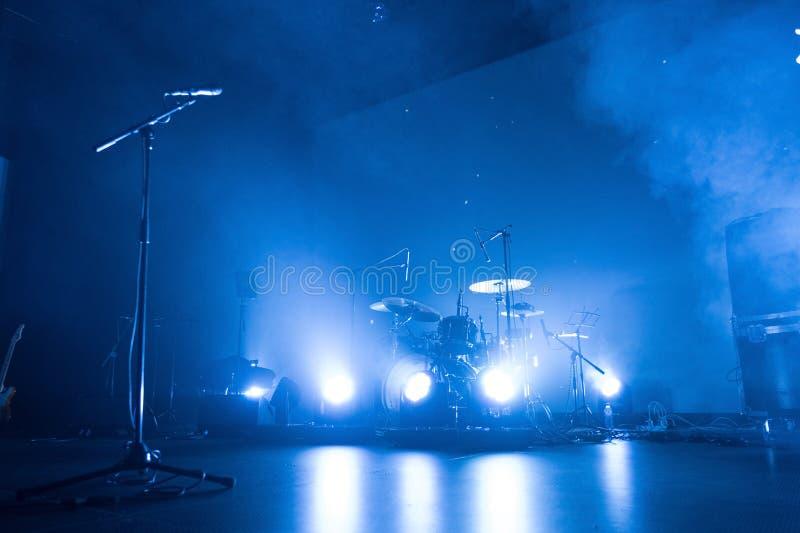 Trommeln Sie Ausrüstung und Mikrofon auf einem leeren Stadium lizenzfreies stockbild