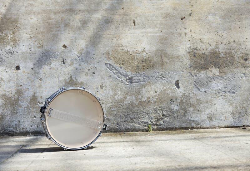 Download Trommeln Sie Vor Einer Wand Stockbild - Bild von musik, knall: 26372503