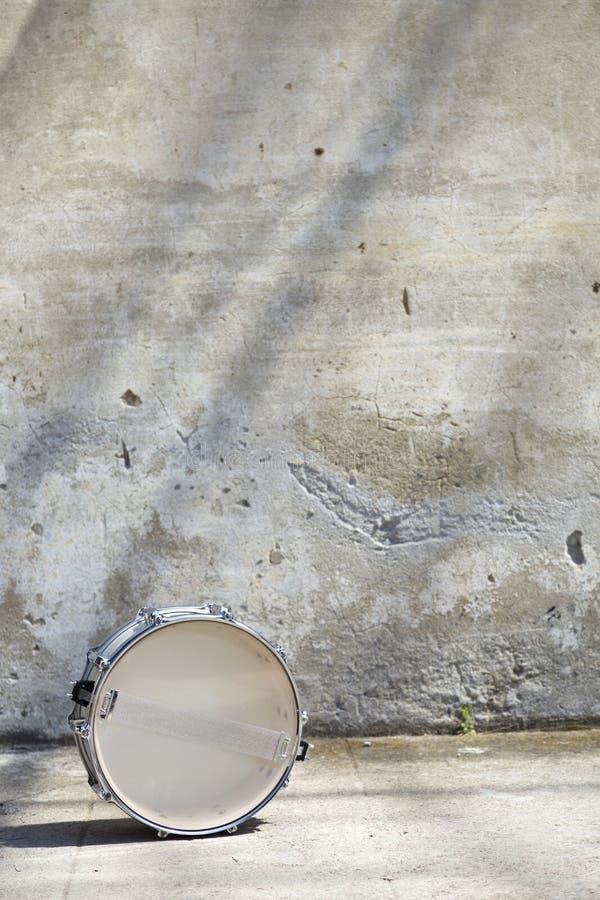 Download Trommeln Sie Vor Einer Wand Stockbild - Bild von schlinge, weiß: 26372621