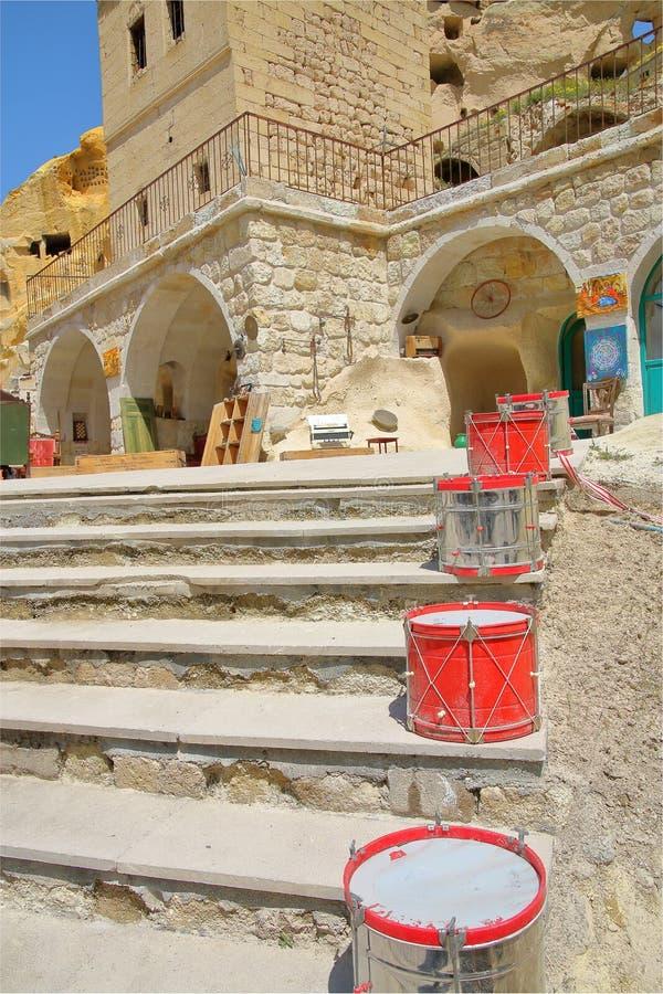 Trommels op de treden bij de ingang aan een vreemd huis in Cappadocia royalty-vrije stock afbeelding