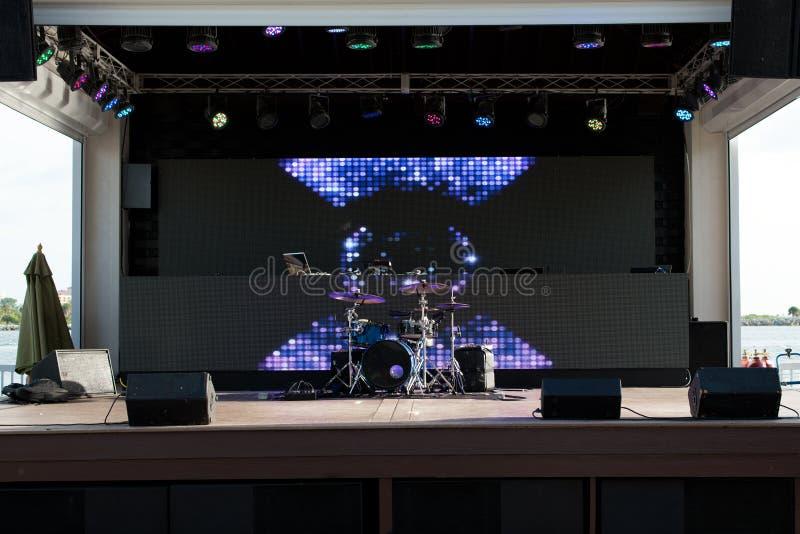 Trommelsatz und -lichter lizenzfreies stockbild