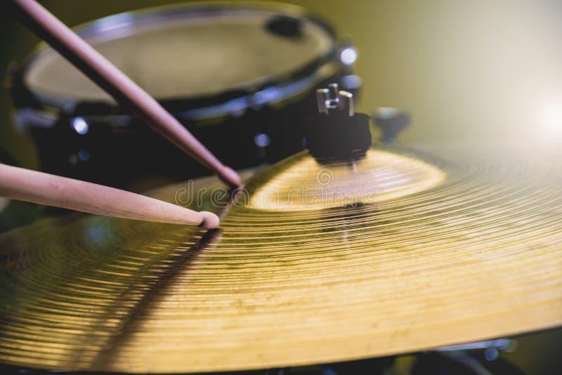 Trommelstock, der auf einem Hallohut oder einem Fahrbecken spielt Trommelt Satz lizenzfreie stockbilder