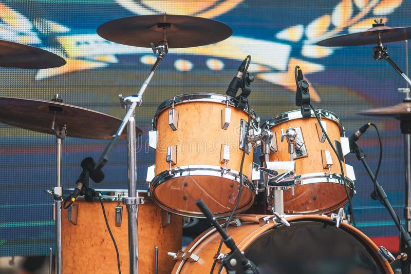 Trommeluitrusting op de prestaties van stadiumlichten Leef muziek Festival en s stock afbeeldingen