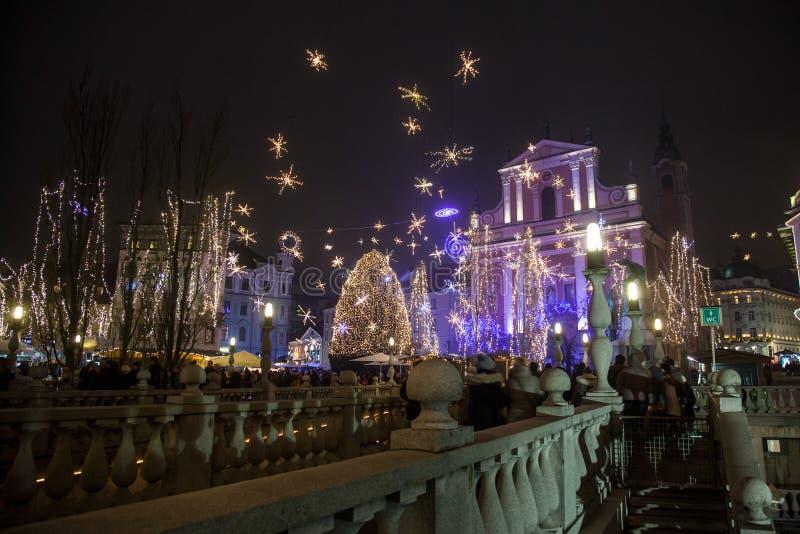 Tromostovje trójki most brać przy nocą podczas Bożenarodzeniowego okresu z Bożenarodzeniowymi dekoracjami zdjęcie stock