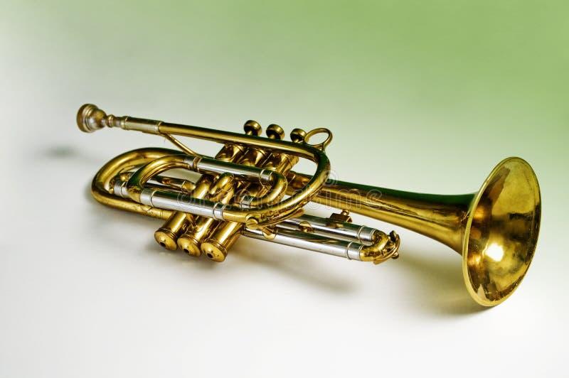 Trompeta de cobre amarillo fotos de archivo
