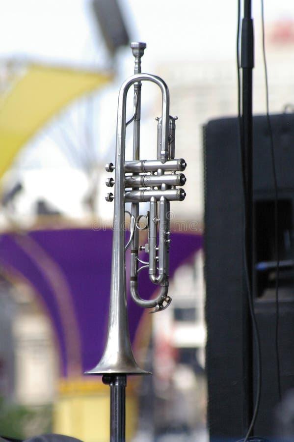 Trompeta de plata en soporte imagenes de archivo