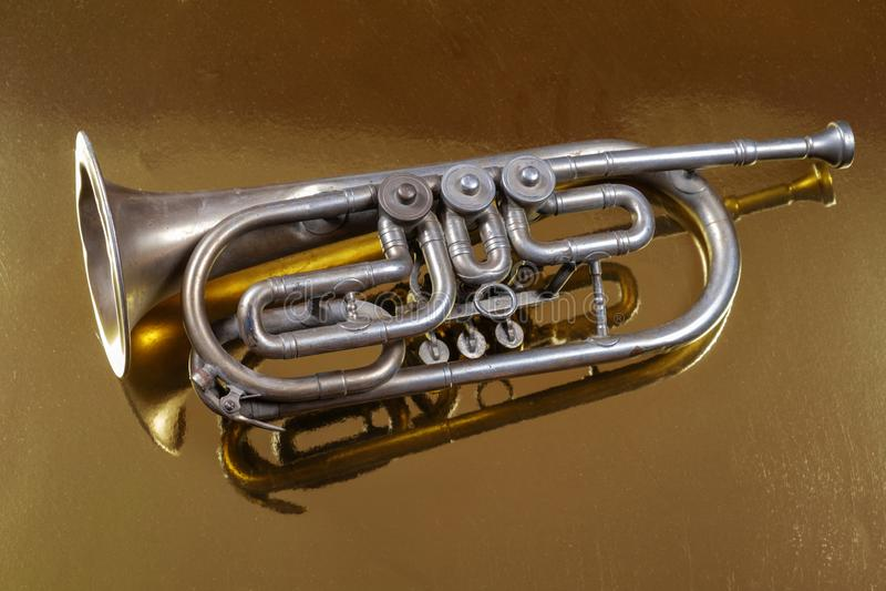 Trompeta de plata vieja fotos de archivo