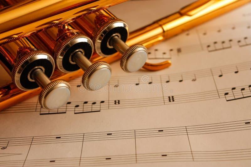 Trompeta en música de hoja imagen de archivo libre de regalías
