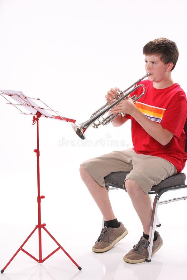 Trompeta practicante del adolescente foto de archivo libre de regalías