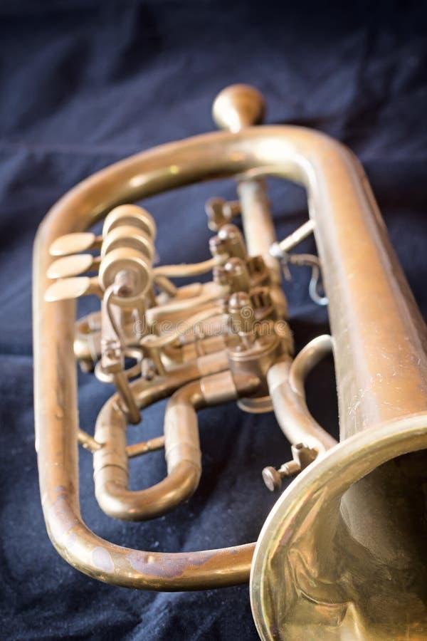 Trompeta vieja usada verticalmente fotografía de archivo libre de regalías