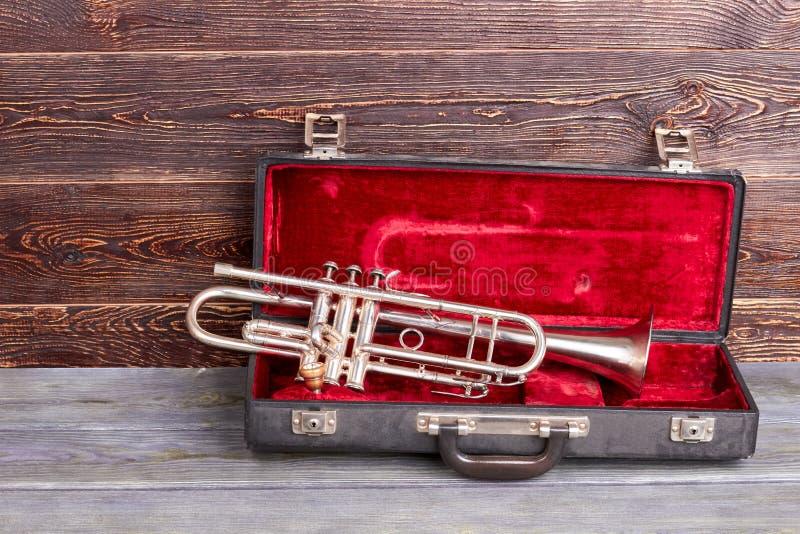 Trompete auf braunem hölzernem Hintergrund stockfotografie