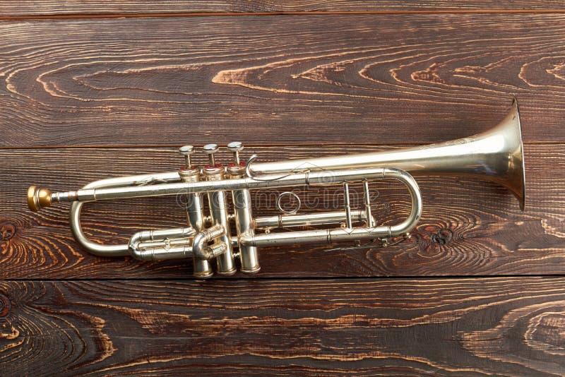 Trompete auf braunem hölzernem Hintergrund lizenzfreie stockbilder