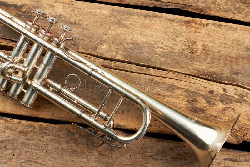 Trompete auf rustikalen hölzernen Brettern lizenzfreies stockbild