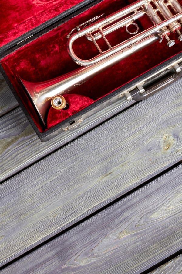 Trompete im Kasten- und Kopienraum stockbild