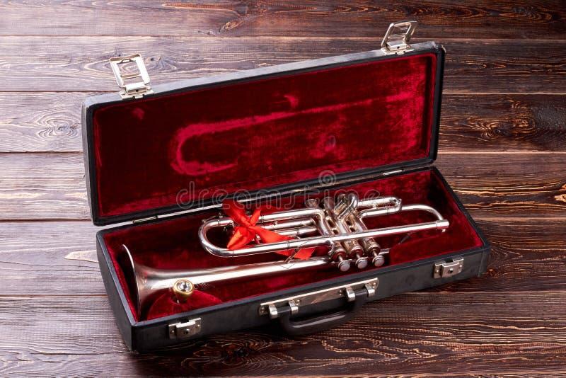Trompete mit Mundstück im Samtkasten lizenzfreie stockfotografie