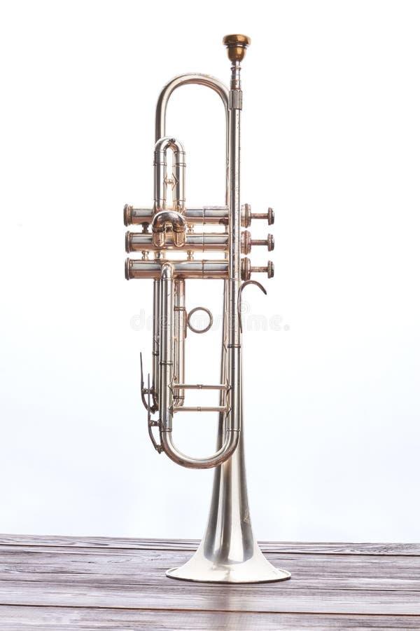 Trompeteninstrument über weißem Hintergrund stockbild