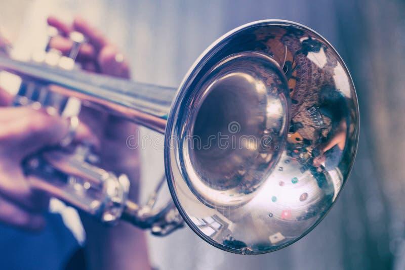 Trompeter spielt auf einer silbernen Trompete lizenzfreie stockbilder