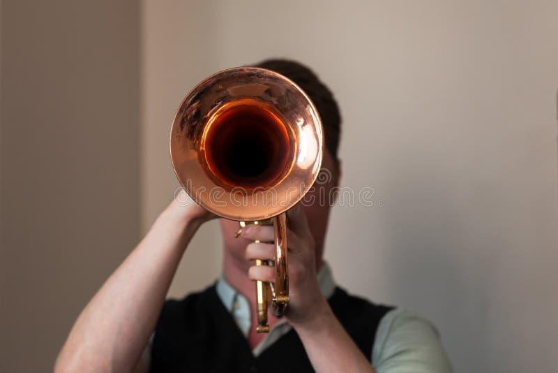 Trompetista con la trompeta en manos imágenes de archivo libres de regalías