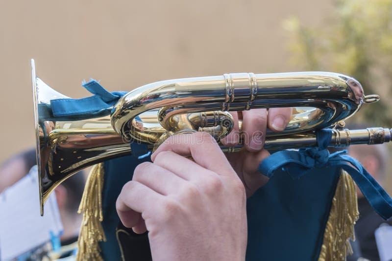 Trompette étant jouée dans un événement image stock