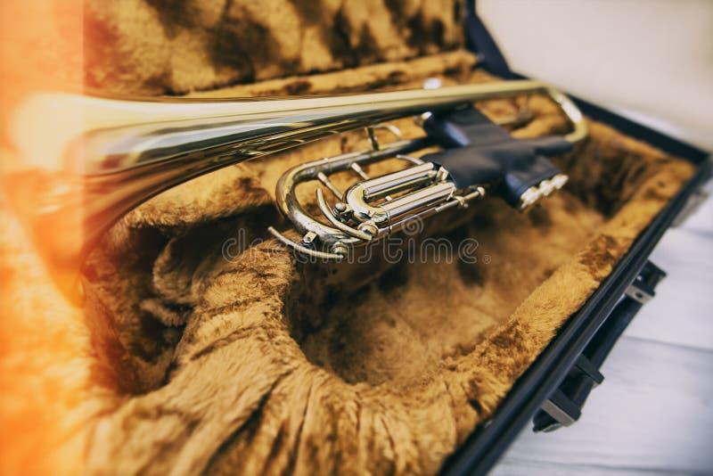 Trompette d'or de vintage au cas où photos libres de droits