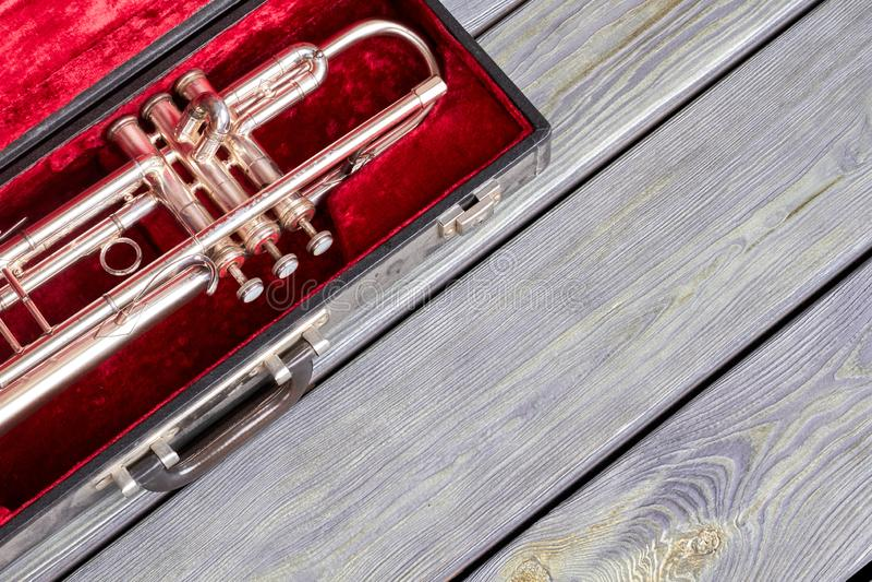 Trompette dans le cas de velours sur le fond en bois photos libres de droits