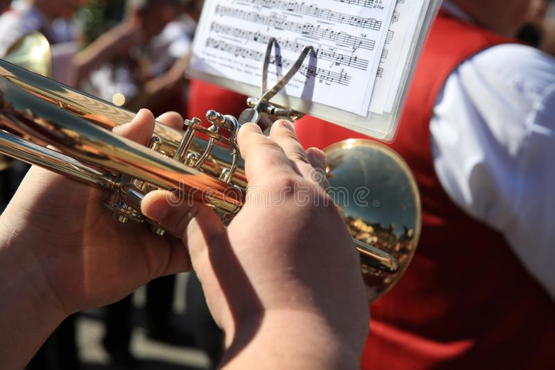 Trompetter bij een openluchtoverleg in Duitsland royalty-vrije stock afbeeldingen