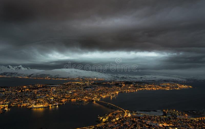 Tromso iluminował w wyspie przy nocą fotografia stock