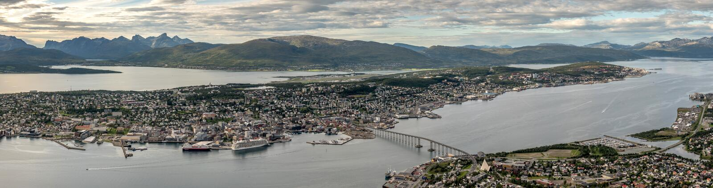 Tromso mit Kvaloya-Bergen im Hintergrund und im Meer, welche die Stadt umgeben Troms, Norwegen stockbild
