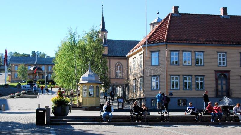 Tromso-Stadtzentrum - quadratisches RÃ¥dhusgate mit kleinem hölzernem katholischem Casthedral und Holzhäusern stockbild
