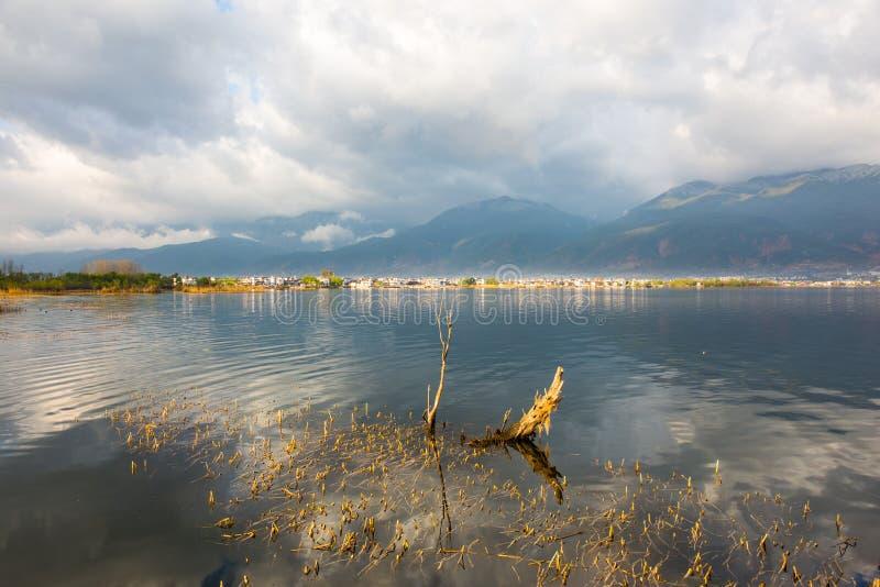 Tronçon dans le lac de matin de l'erhai photos stock