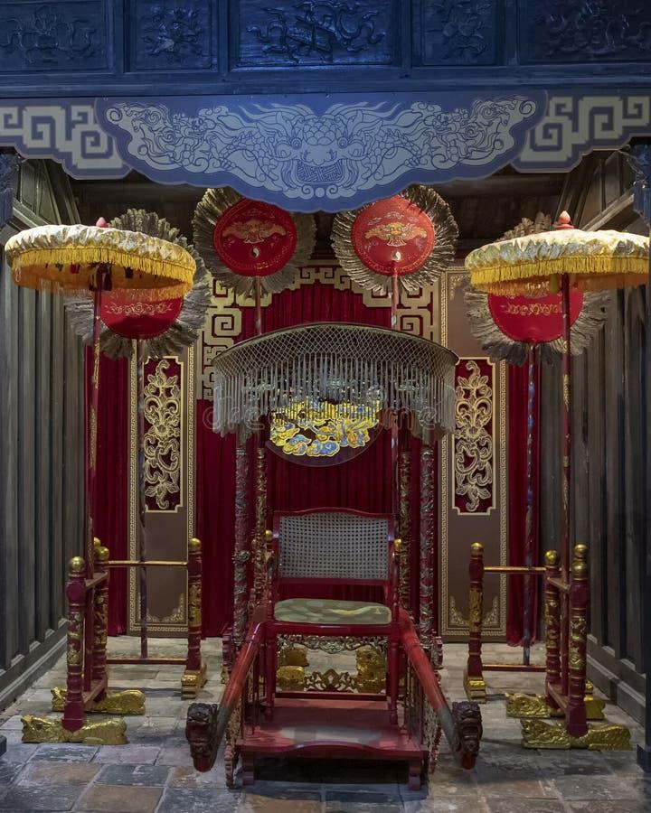 Tron cesarz Tu Duc wśrodku Hoa Khiem świątyni, Tu Duc Królewski grobowiec, odcień, Wietnam zdjęcie royalty free
