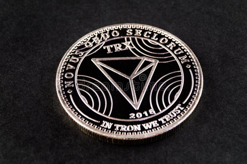 Tron TRX é uma maneira moderna de troca e esta moeda cripto é meios de pagamento convenientes no mercado financeiro e da Web foto de stock