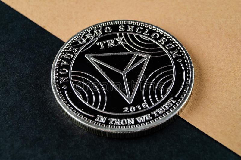 Tron TRX é uma maneira moderna de troca e esta moeda cripto é meios de pagamento convenientes no mercado financeiro e da Web fotos de stock royalty free