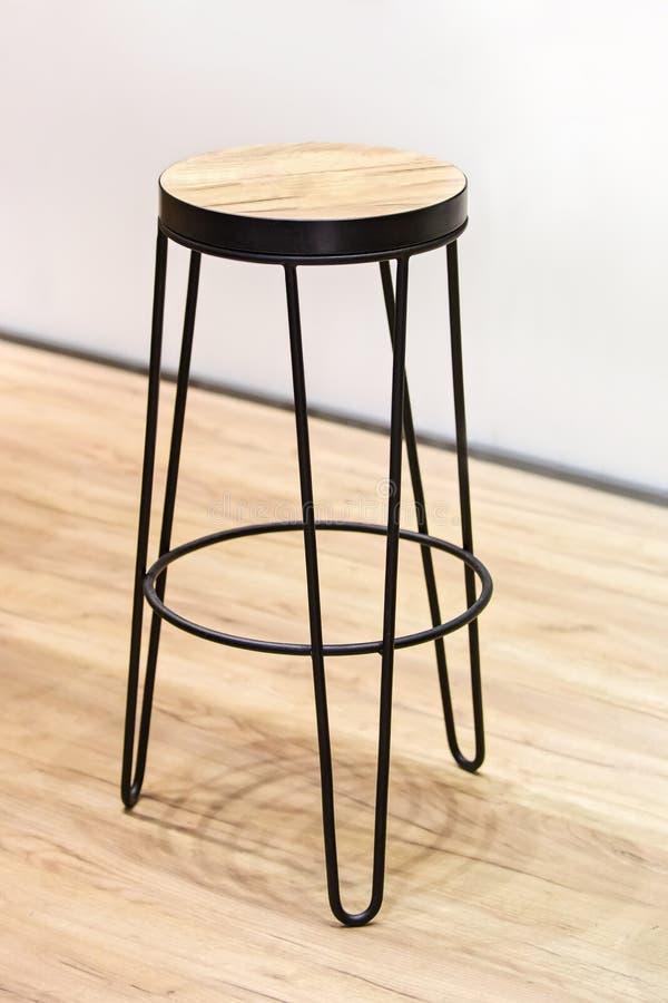 Trona de madera de moda para la barra del restaurante, marco metálico negro forjado fotografía de archivo libre de regalías