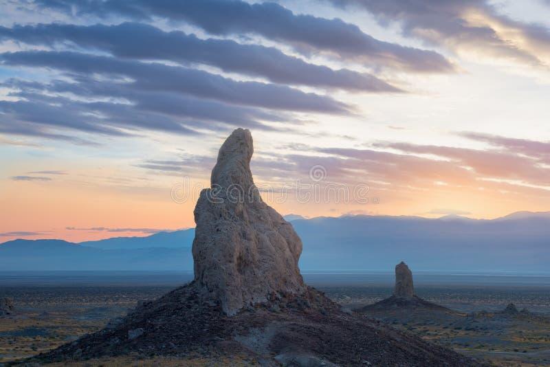 Trona de Toppen zijn bijna 500 die tufa spitsen op Gebied van het de Woestijn het Nationale Behoud van Californië, niet verre van royalty-vrije stock foto's