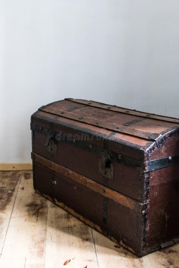 tronc en bois foncé dans une maison de campagne coffre au trésor antique avec images stock