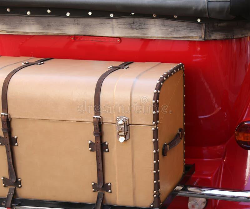Tronco antiguo del vintage atado a un coche del vintage imagenes de archivo
