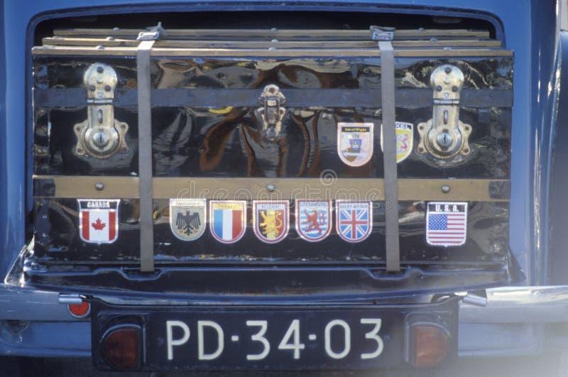 Tronco antiguo en frente del coche antiguo fotos de archivo libres de regalías