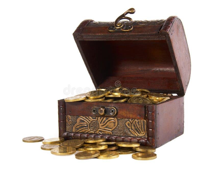 Tronco com dinheiro do ouro fotografia de stock