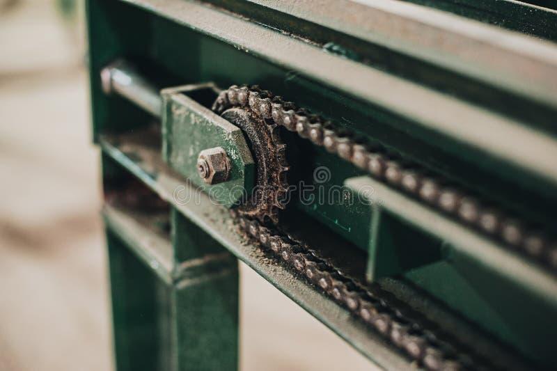 tronco de árvore na máquina do woodworking imagens de stock
