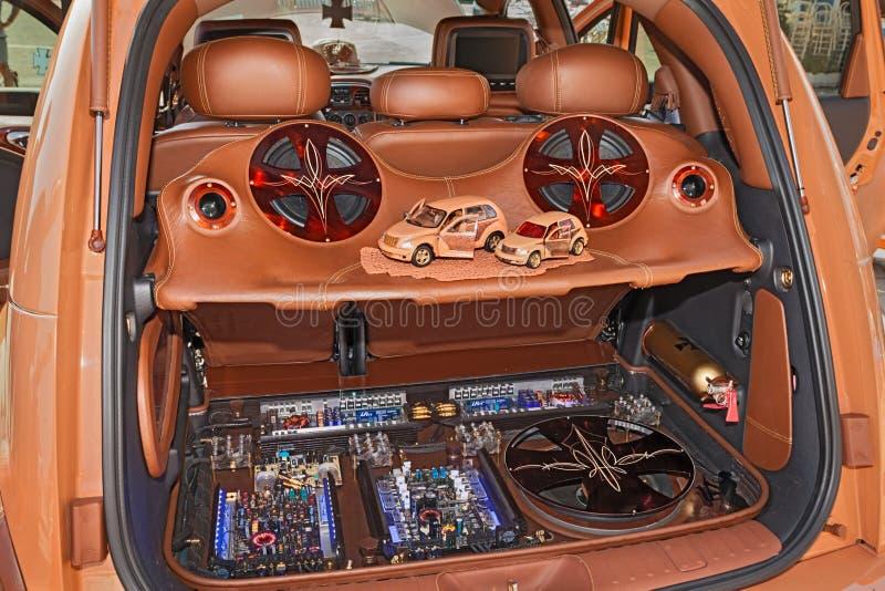 Tronco de carro com sistema de áudio da música do poder fotos de stock