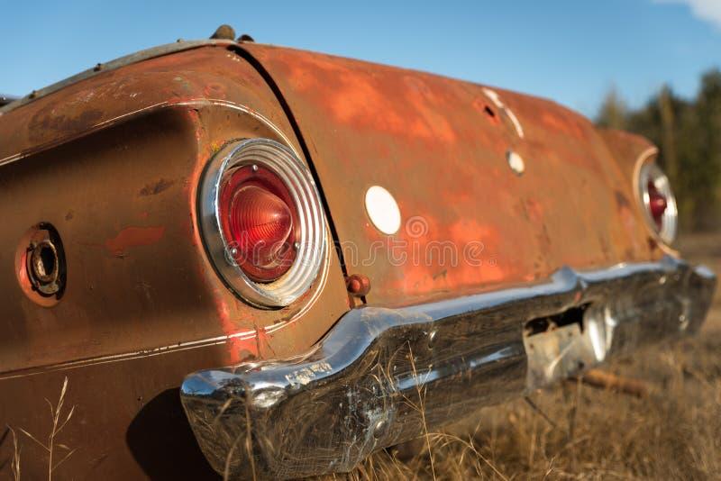 Tronco de coche antiguo en el campo de granja imagenes de archivo