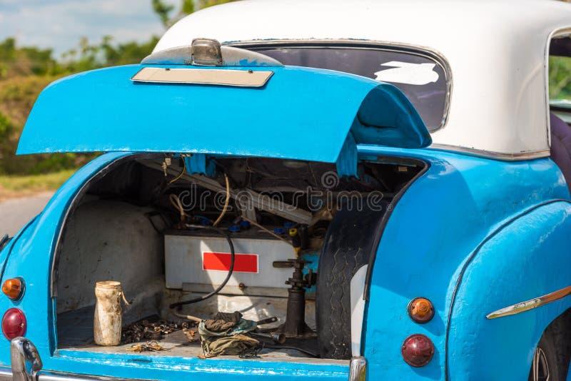 Tronco del coche retro, Vinales, Pinar del Rio, Cuba Reparaciones del coche Primer foto de archivo libre de regalías