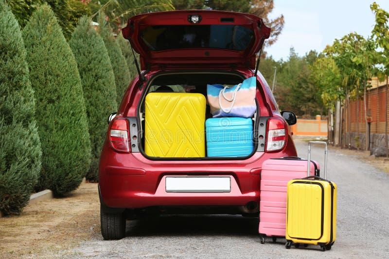 Tronco di automobile completamente caricato con le valigie fotografia stock