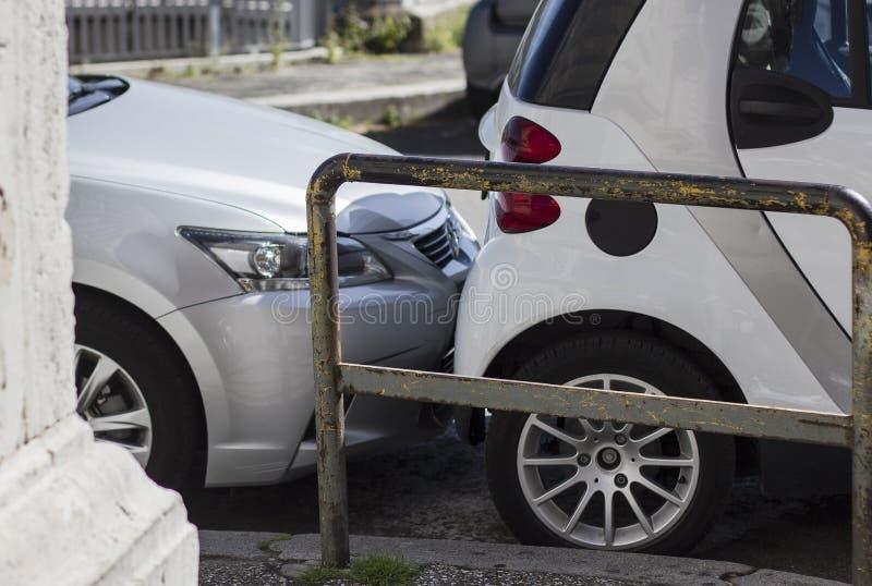Tronco di automobile scrathing del paraurti su un parcheggio Violazione delle norme fotografia stock libera da diritti
